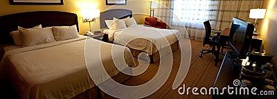 Um interior agradável do quarto de hotel com duas camas