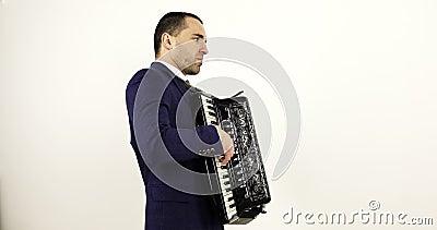 Um músico artístico novo joga o acordeão video estoque
