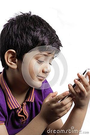 Um menino bonito com móbil
