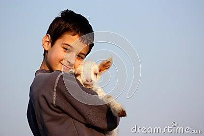 Um menino com cabra
