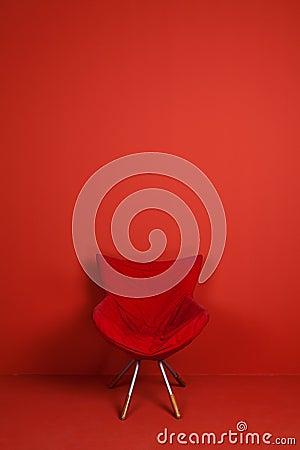 Um modelo vermelho da cadeira