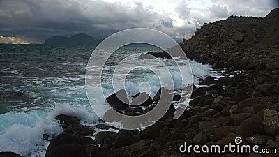 Um motim das cores durante uma tempestade no mar video estoque