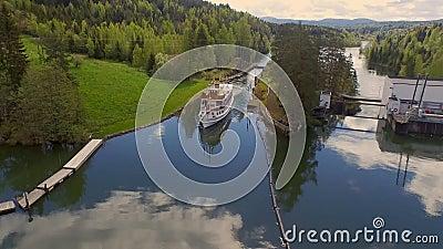 Um navio de cruzeiros que flutua no canal de Telemark