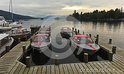 Um porto do por do sol disparado dentro Bowness-em-Windermere Fotografia Editorial