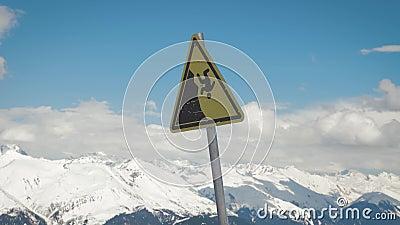 Um sinal de aviso de uma queda poss?vel da montanha video estoque