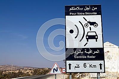 Um sinal de tráfego do injetor da velocidade do radar Imagem Editorial