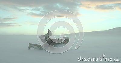 Um viajante feliz e louco que parte ao longo do campo do inverno no blizzard da neve O homem salta na neve e no sorriso feliz Dis filme