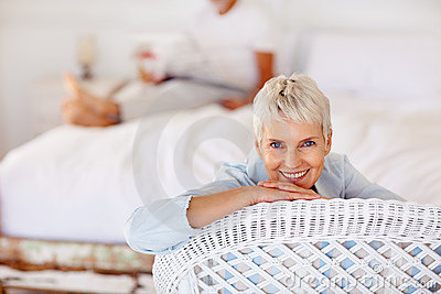Uma avó sênior aposentada que relaxa em uma cadeira