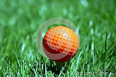 Uma bola de golfe alaranjada