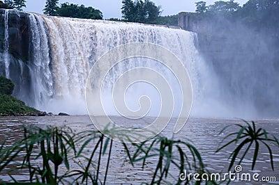 Uma cachoeira grande