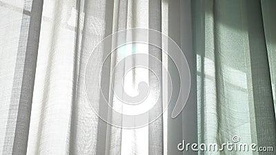 Uma cortina transparente na janela, movida delicadamente pelo vento sunlight 4K video estoque