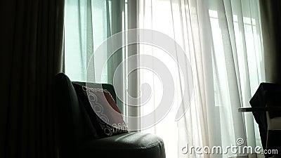 Uma cortina transparente na janela, movida delicadamente pelo vento sunlight 4K filme