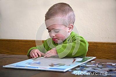Criança que trabalha em um enigma