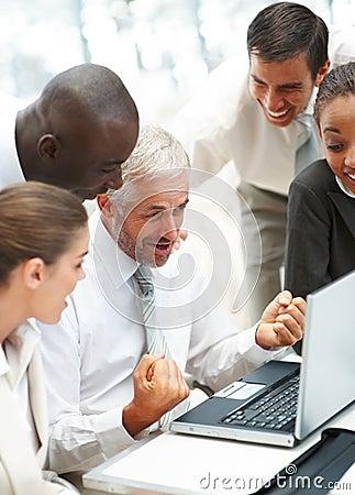 Uma equipe excited dos executivos no escritório