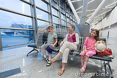 Uma família que senta-se em uma área de recreação