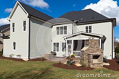 Uma grande casa com quintal ajardinado
