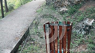 Uma lata de lixo limpa da madeira ao lado da passagem pedestre na montanha vídeos de arquivo