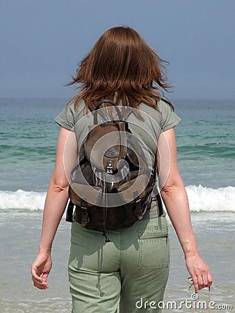 Uma menina anda no mar