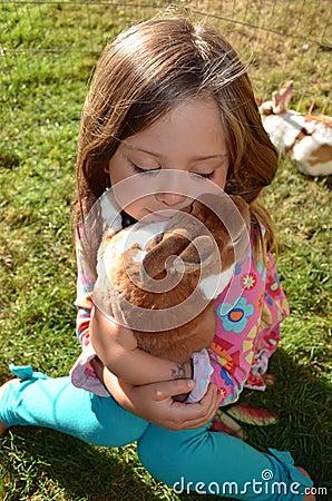Uma menina e seu coelho