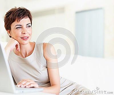 Uma mulher de negócio lindo que sonha em casa