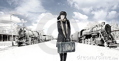 Uma mulher nova na frente de uma estrada de ferro velha