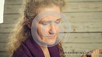 Uma mulher que olha as folhas de outono video estoque