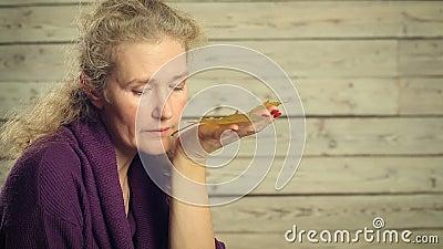 Uma mulher que olha as folhas de outono vídeos de arquivo