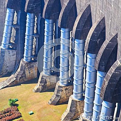 Uma peça da represa concreta
