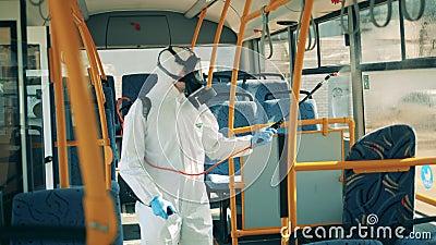 Uma pessoa de fato perigoso está desinfetando janelas de ônibus Prevenção do coronavírus, conceito epidêmico vídeos de arquivo