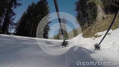 Uma pessoa que esquia abaixo de uma inclinação de montanha video estoque