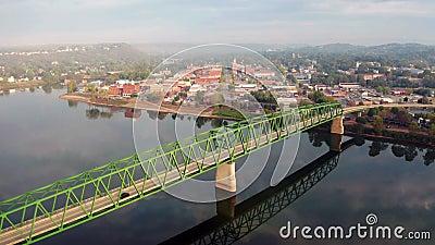 Uma ponte cênica alimenta turistas para a área central no povoado chamado Marietta no estado de Ohio vídeos de arquivo