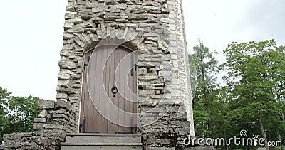 Uma porta do sobras de um castelo velho na odisseia CRUA paga 7Q de Estônia FS700 4K video estoque