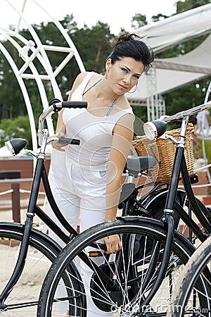 Uma senhora elegante viaja na bicicleta