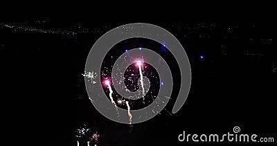 Uma vista bonita de um quadrocopter a uma mostra da luz da noite firework filme