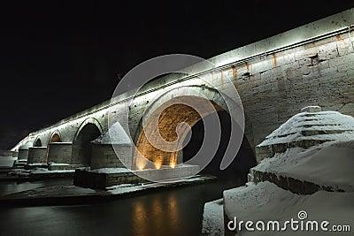Uma vista de uma ponte de pedra famosa em Skopje