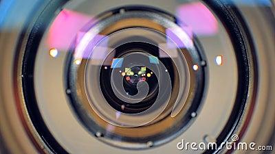 Uma vista macro em uma lente de câmara de vídeo de trabalho filme