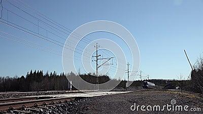 UMEA, SVEZIA - 21 APRILE 2020: Telecamera di passaggio ad alta velocità per passeggeri intercity express Il giorno di primavera i stock footage