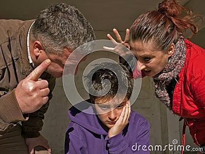 Umgekippter Jugendlicher und Familie