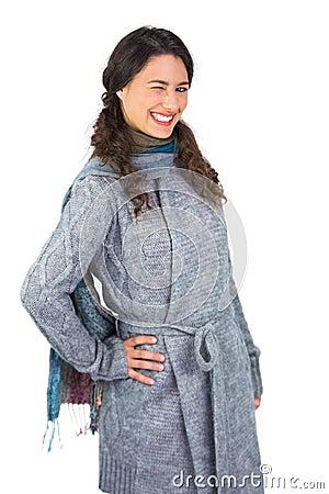 Uśmiechnięty model z zimą odziewa mrugać przy kamerą