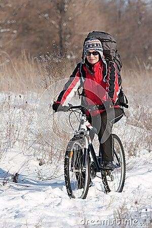 Uśmiechnięty rowerzysty śnieg
