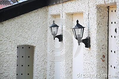 Ummauern Sie Laternen auf altem Haus, Perspektiveansicht