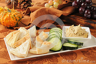 Ummus with pita bread and cucumber