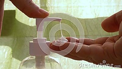 Umycie ręczne żelem alkoholowym w celu wyeliminowania bakterii i wirusów zdjęcie wideo