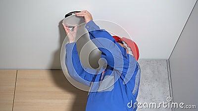 Un électricien enlève le panneau de guidage du plafond et le répare Capture statique clips vidéos