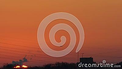 Un aereo che si avvicina all'aeroporto internazionale Haneda prima dell'alba in inverno La distanza tra stock footage