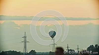 Un aerostato che sorvola il campo facendo uso della tecnologia di calore - torri di comunicazione, torri di antenna - sera archivi video
