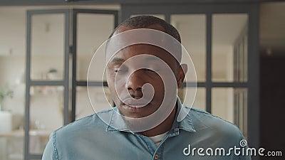 Un Africain regardant avec une expression étonnante banque de vidéos