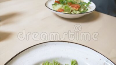 Un almuerzo vegetariano ensalada de verduras y pasta con salsa verde metrajes