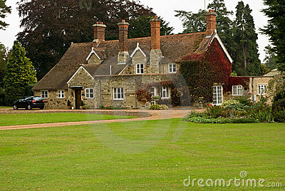 Una casa di campagna di inglese del pantile e della pietra.