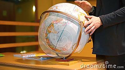 Un armario de un globo en un escritorio de una universidad almacen de video